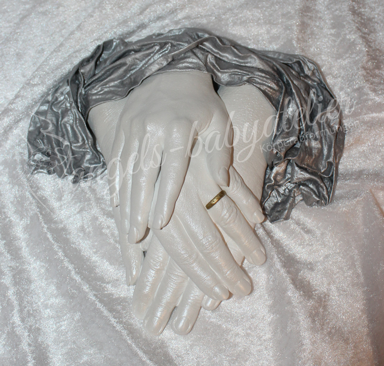 3D Familienhandabdruck mit silbernem Tuch