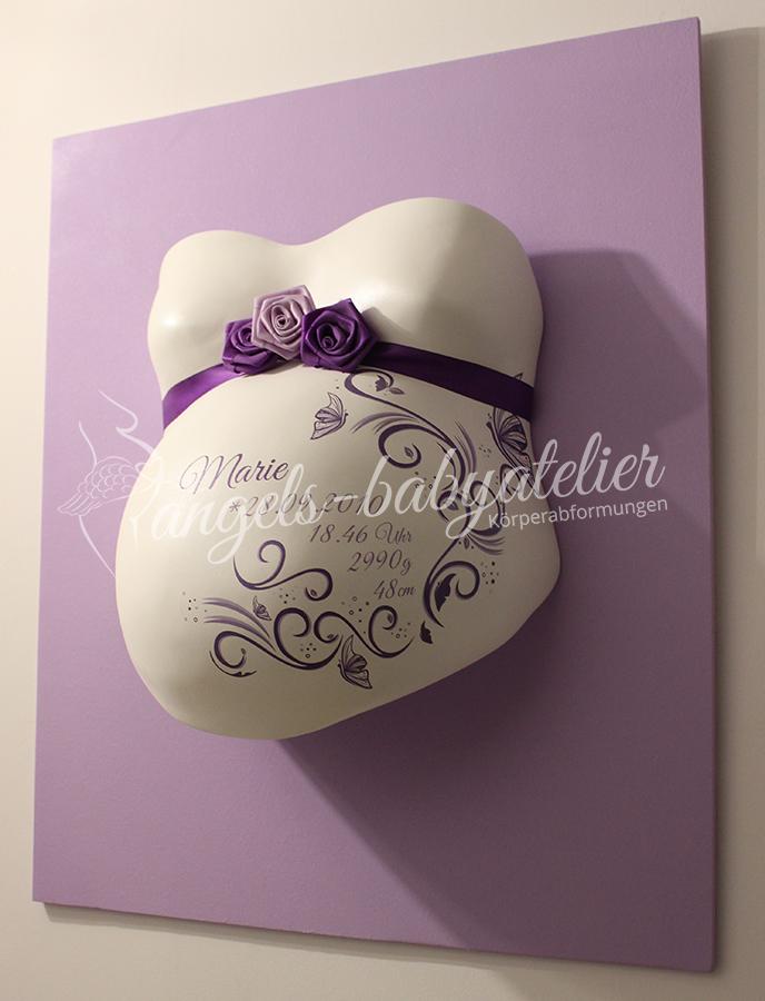 Babygipsbauchabdruck mit Ornamenten und Schmetterlingen